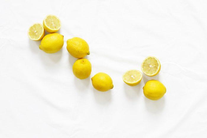 Remueve la grasa con limón y sal