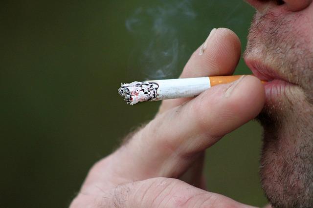 dejar de fumar - hombre fumando